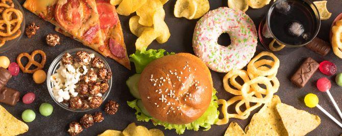 第2章免疫力が下がる原因乱れた食生活イメージ画像